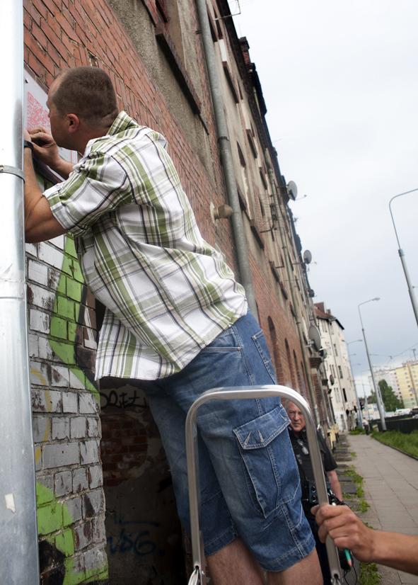 Montowanie tabliczki, fot. Magda Małyjasiak
